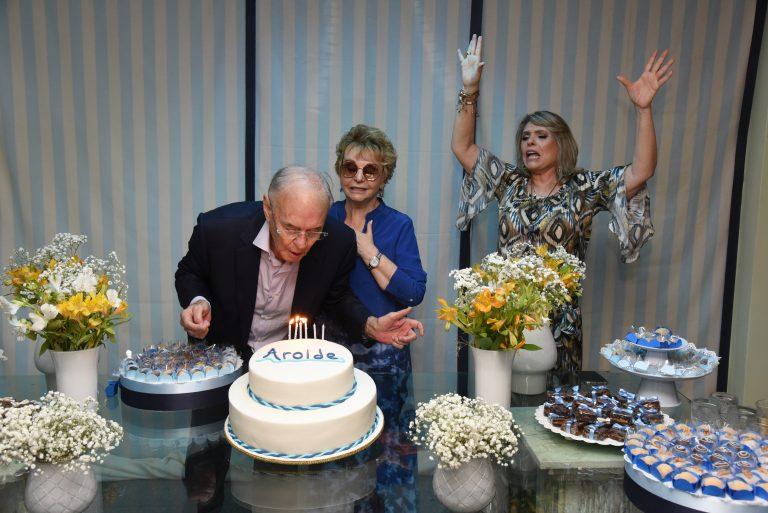 Arolde de Oliveira recebe amigos e familiares em seu aniversário