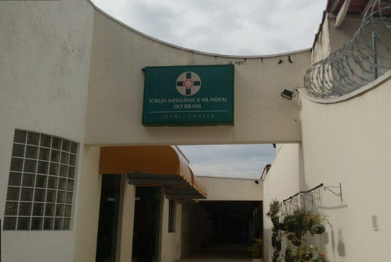 Igreja em frente ao colégio tenta auxiliar feridos