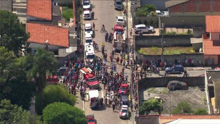 Dois adolescentes abrem fogo dentro de escola e matam dez