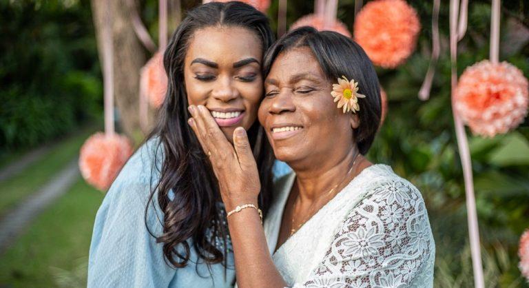 Elaine Martins gravou o clipe de Linda Flor ao lado da mãe, Ione Martins