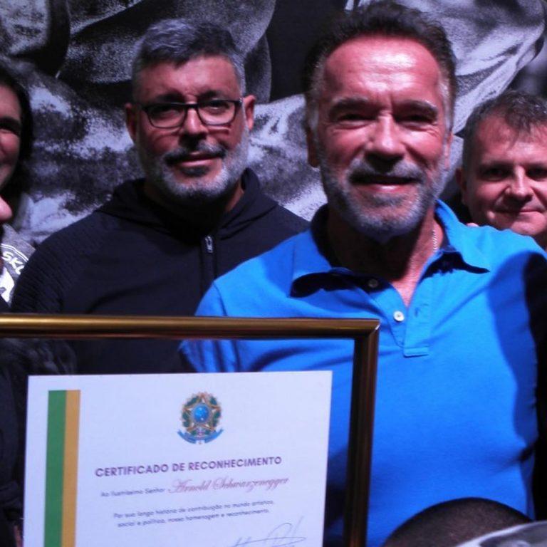 Schwarzenegger recebeu a homenagem das mãos de Alexandre Frota