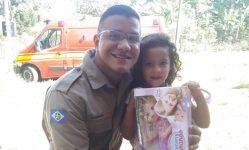 Bombeiro salvou a vida da menina, que tinha se engasgado