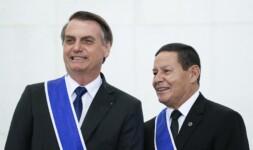 Presidente Jair Bolsonaro condecora o vice Hamilton Mourão