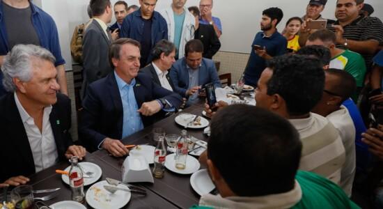 Presidente Jair Bolsonaro almoça de surpresa com caminhoneiros em posto