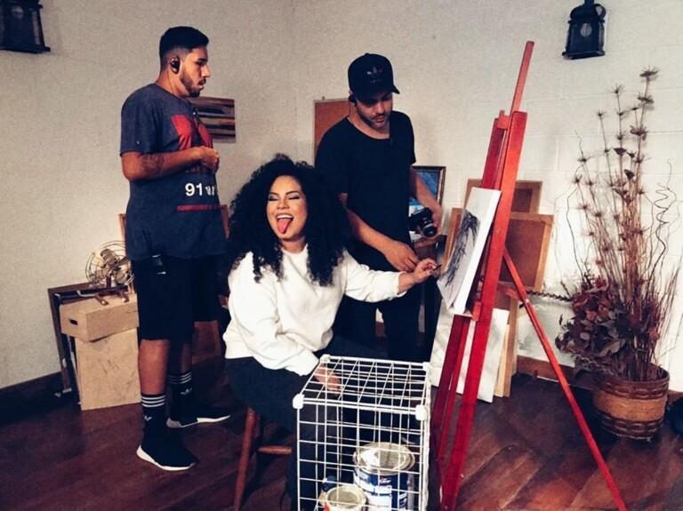 Rebeca Carvalho interpreta uma artista frustrada em novo clipe