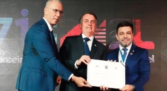 Marco Feliciano recebe a honraria das mãos de Jair Bolsonaro