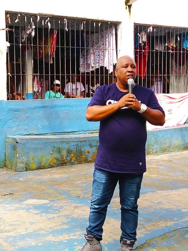 MC Dentinho faz evangelismo levando música e palavra aos presídios