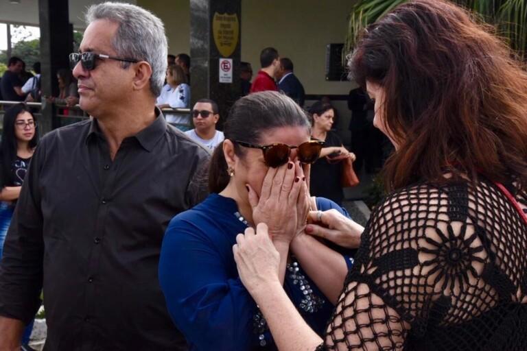 A cantora Léa Mendonça se emocionou ao comparecer ao enterro
