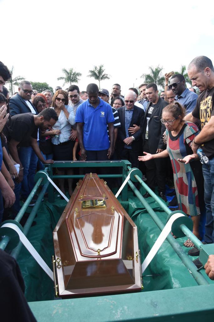 Pastor Anderson do Carmo é enterrado sob forte comoção