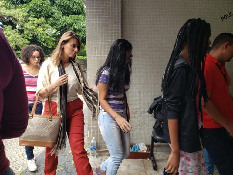21/05 - Três filhas do casal foram à delegacia para prestar depoimento