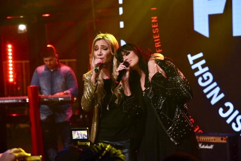 Fernanda Brum e Marine Friesen cantam O Que Sua Glória Fez Comigo