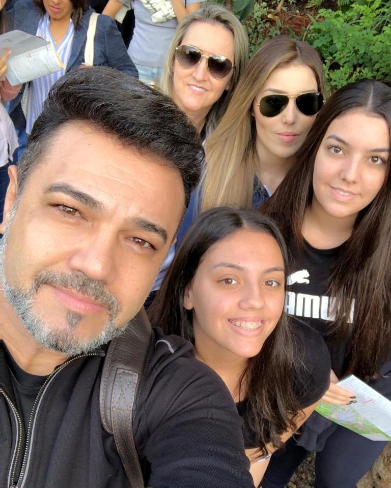 Pastor Marco Feliciano ao lado da esposa e das três filhas