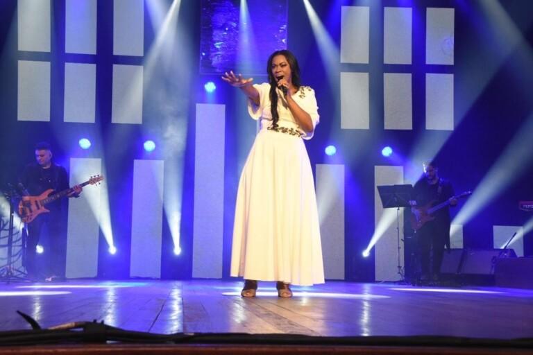 Elaine Martins grava DVD ao lado de convidados especiais