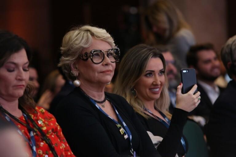 Mãe e esposa de Eduardo Bolsonaro prestigiam evento