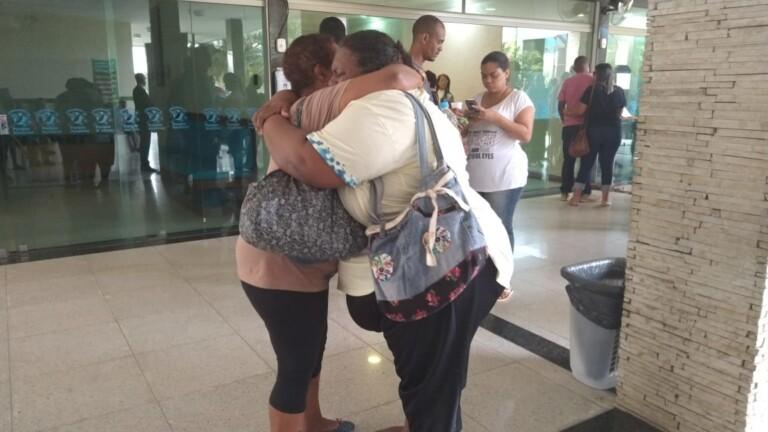 Familiares e amigos se despedem de Michele do Carmo, irmã de Anderson do Carmo