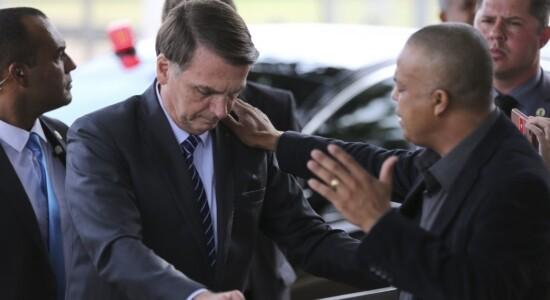 O presidente Jair Bolsonaro recebe oração em frente ao Palácio da Alvorada