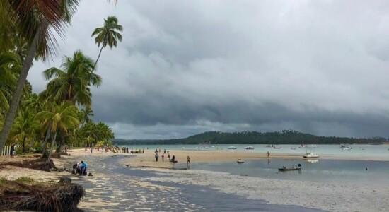 Praia de Carneiros, joia do litoral pernambucano, é atingida por óleo
