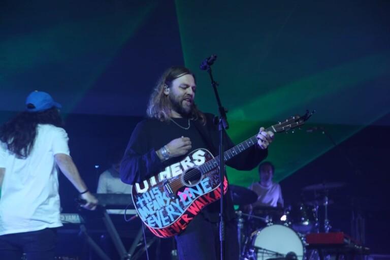Matheus Sá foi chamado ao palco pelo vocalista Joel Houston