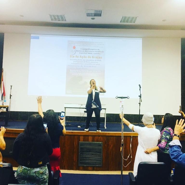 Bruna Karla participa de culto no Instituto Nacional do Câncer