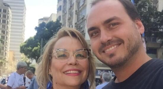 Rogéria Bolsonaro e o filho Carlos Bolsonaro