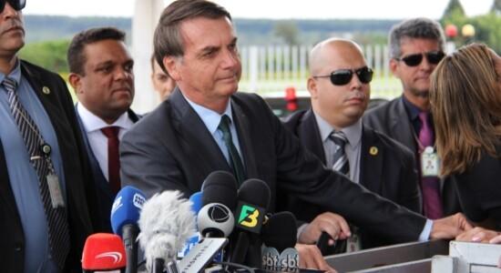 Bolsonaro conversa com jornalistas