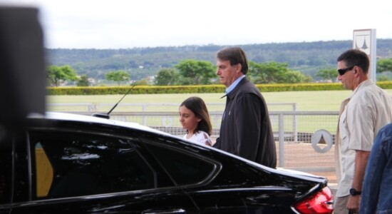 Bolsonaro está em viagem com Laura