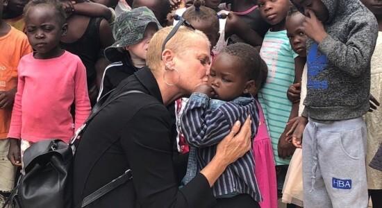 Xuxa e Sasha visitam crianças atendidas pela ONG Baluarte e Aldeia Nissi