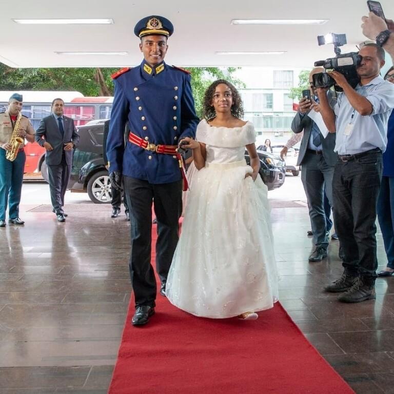 Damares faz festa de princesa para vítima de racismo