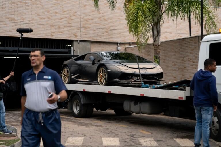 Carro foi rebocado nesta quarta-feira, dois dias após temporal