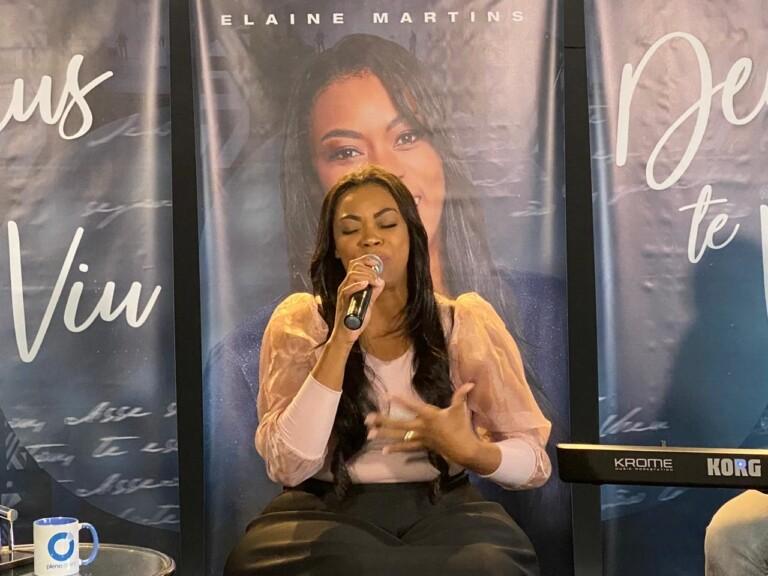 Elaine Martins fez pocket-show na MK Music