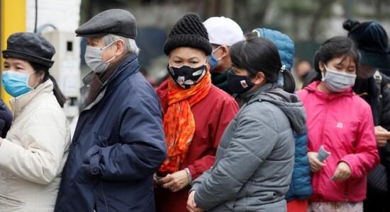 Pessoas se protegem contra o coronavírus usando máscaras