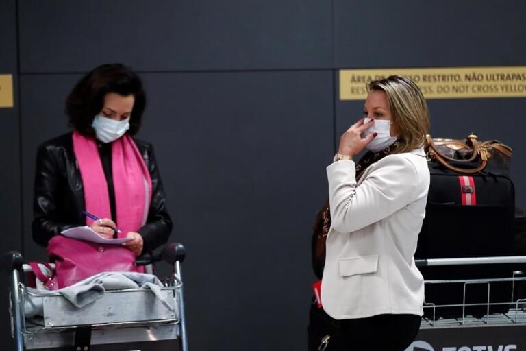 Passageiros usam máscaras no Aeroporto de Guarulhos