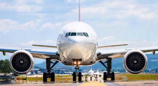 Mãe e filho são removidos de avião após criança não usar máscara