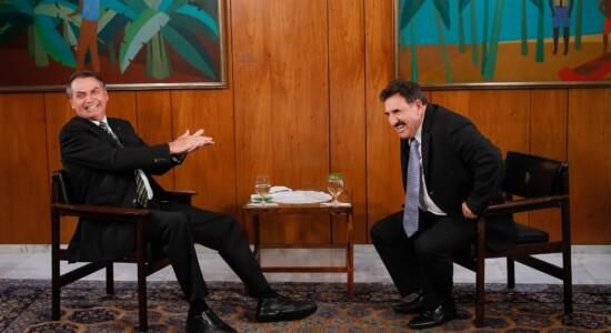 Presidente Jair Bolsonaro sendo entrevistado por Ratinho