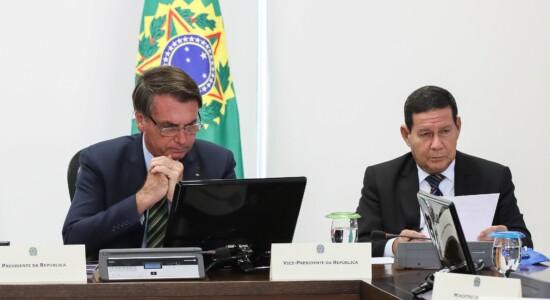 Presidente Jair Bolsonaro e o vice, Hamilton Mourão, durante reunião com governadores do Nordeste