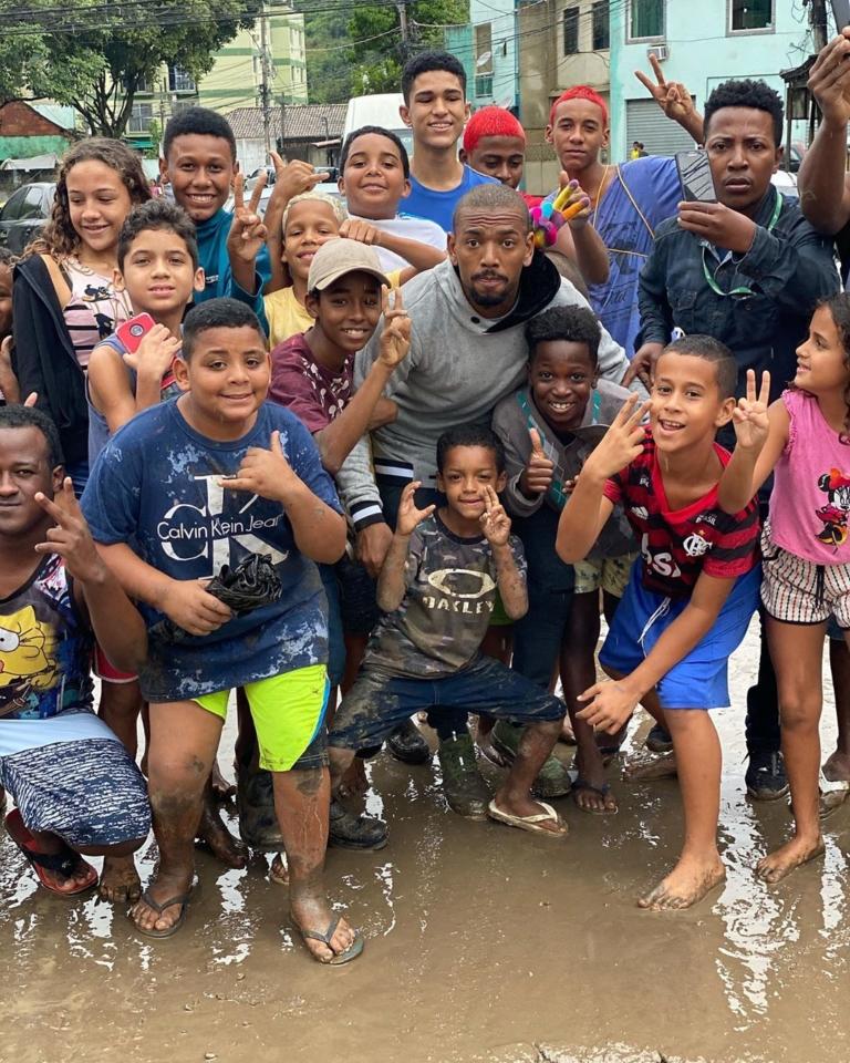 Nego do Borel ajudou famílias atingidas pelas chuvas em Realengo