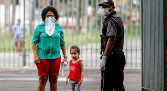 Pessoas se protegem como podem do novo coronavírus