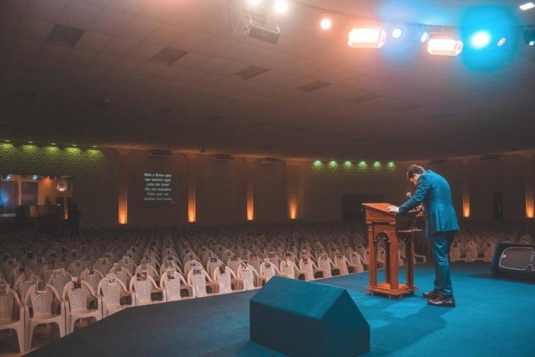 Pastor coloca foto de membros nas cadeiras da igreja vazia