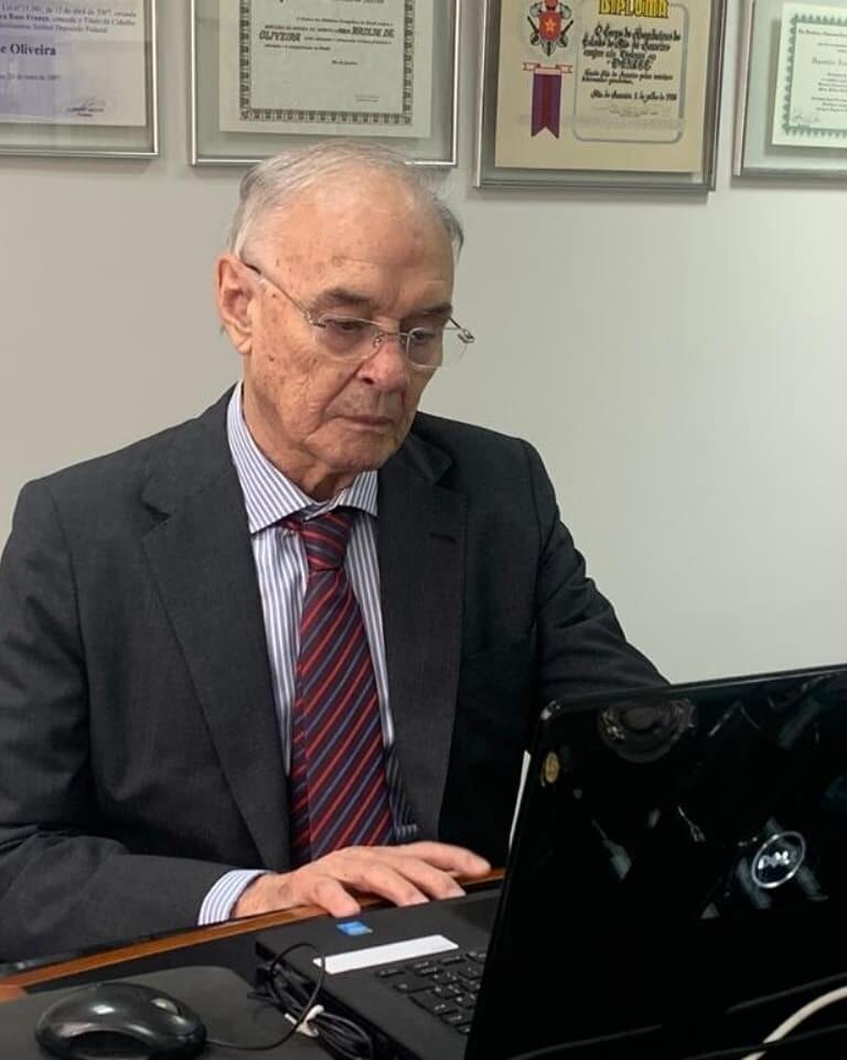 Senador Arolde de Oliveira dá primeiro voto virtual da história do Senado