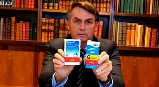 Jair Bolsonaro com caixas de hidroxicloroquina