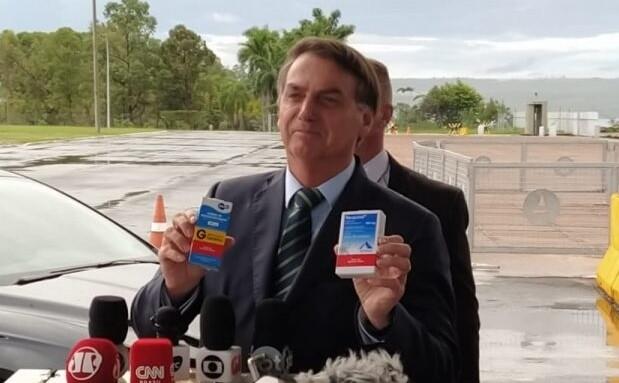Bolsonaro com caixas de cloroquina na frente do Palácio da Alvorada