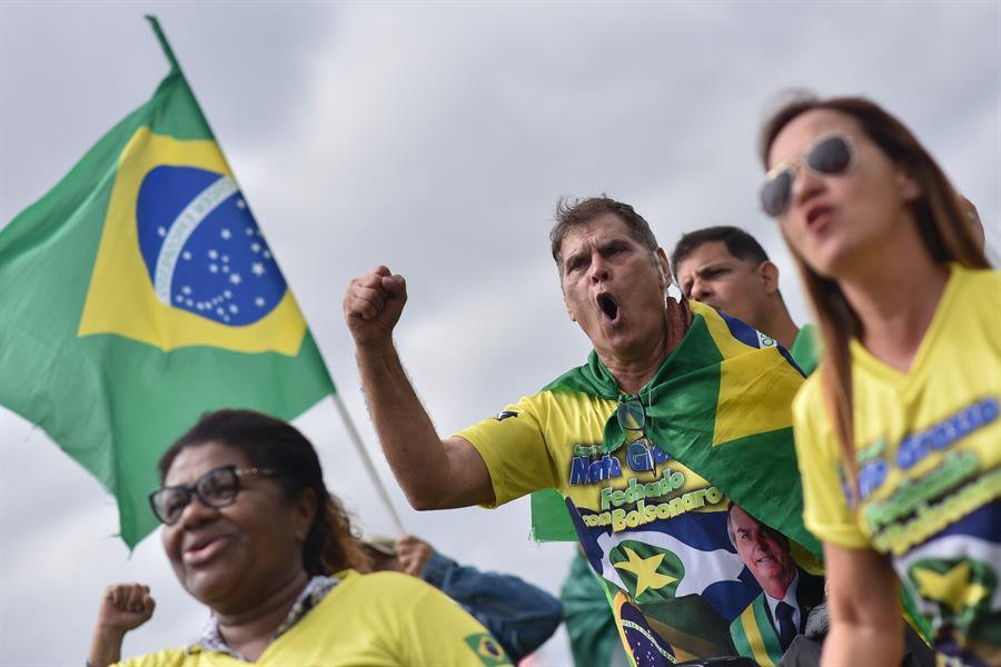 Brasileiros protestam pelo retorno das atividades econômicas