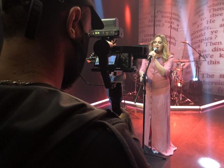 Sarah Farias faz show acústico em live