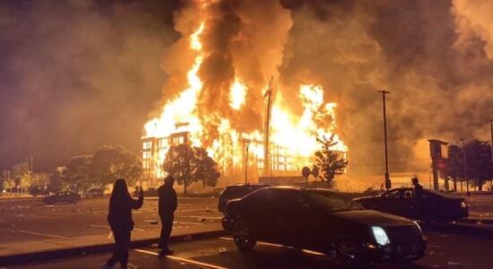 Prédio em chamas durante protesto em Minneapolis