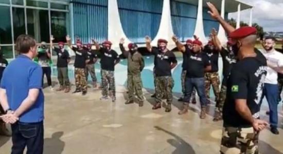 Foto mostra momento em que Bolsonaro recebe oração de grupo de paraquedistas