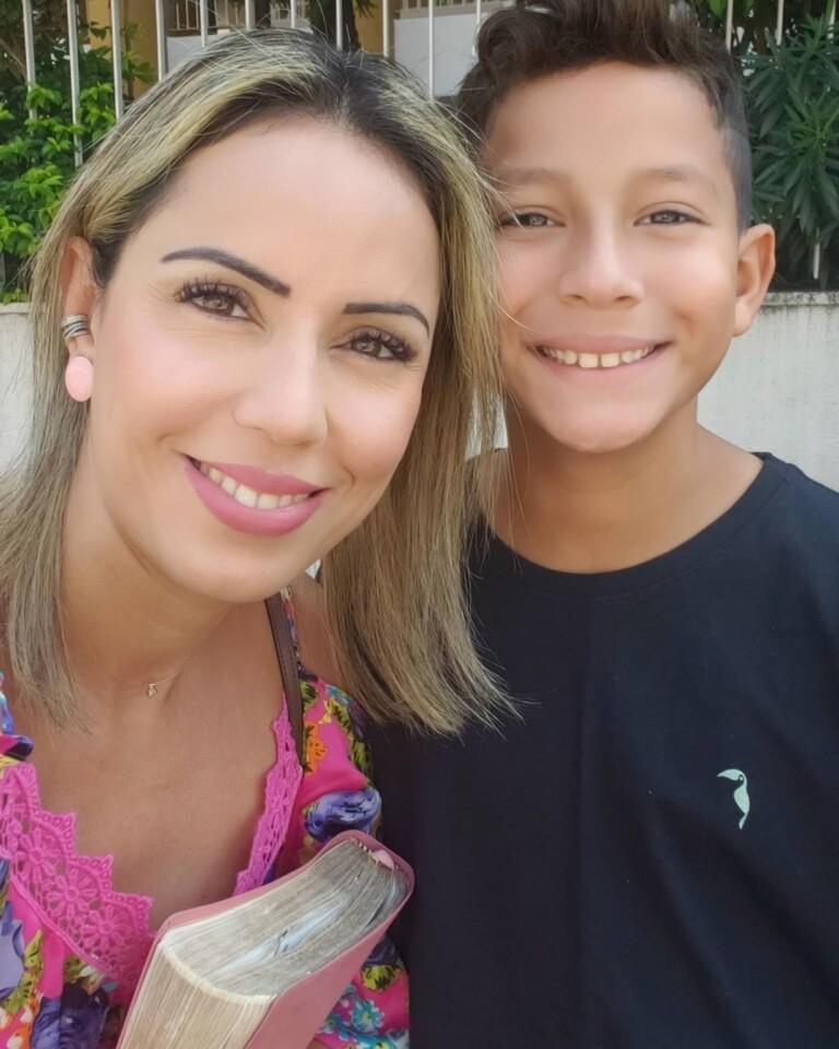 Lili, de Os Arrebatados, com o filho Álef