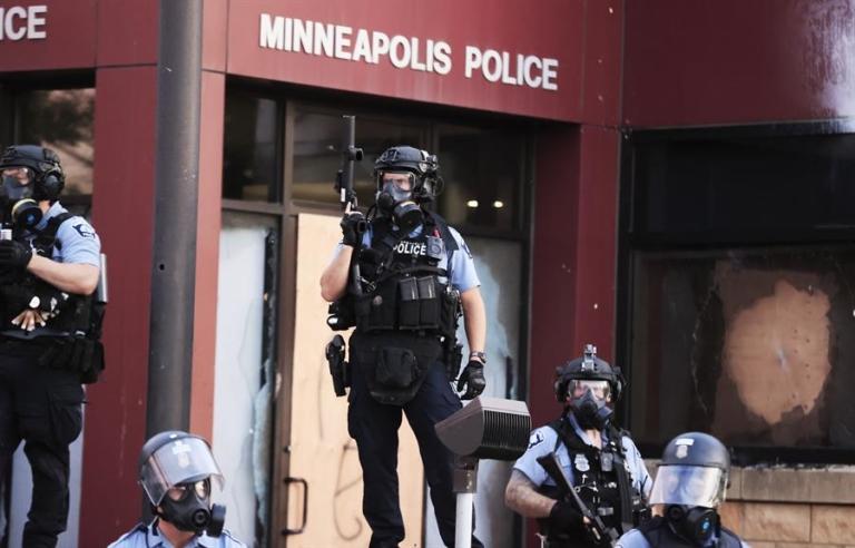 Vandalismo e saques marcam período de caos na cidade de Minneapolis