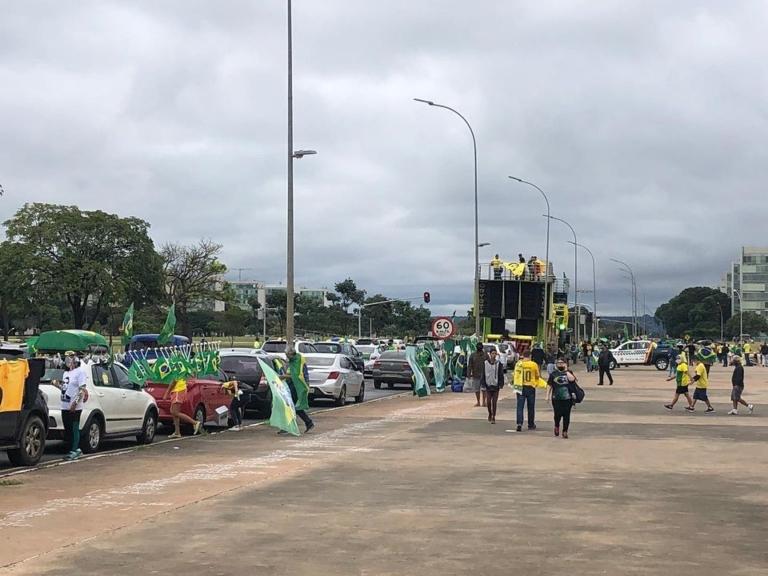 Apoiadores se reúnem próximo à Esplanada dos Ministérios