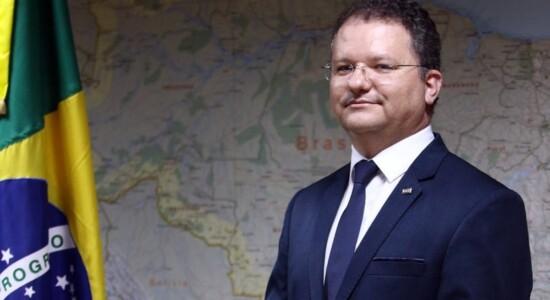 Carlos Nadalim segue no MEC