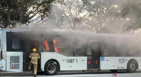 Homem é solto após incendiar ônibus e deputados protestam | Brasil ...